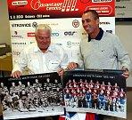 Legendární tenista Ivan Lendl je velký fanoušek hokejových Vítkovic. Na snímku s blízkým přítelem, vítkovickým prezidentem Františkem Černíkem
