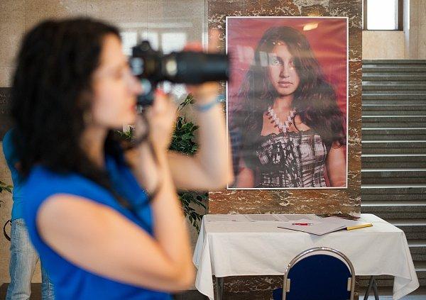 Beautiful People ve vestibulu ostravské radnice. Mladý slovenský fotograf Šymon Kliman zde totiž vystavuje sérii portrétů obyvatel slovenských romských osad.
