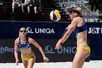 Šarlota Svobodová a Karin Žolnerčíková  (vpravo) měly premiéru mezi světovou elitou. V 1. kole kvalifikace J&T Banka Ostrava Beach Open 2021 podlehly kanadským dvojčatům Megan a Nicole McNamarovým 0:2.