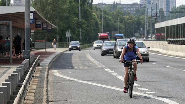 Cyklisti se nyní pouští dolů rovnou po Svinovských mostech, přestože je zde velmi rušná doprava. Důvod? Zavřená lávka přes Odru v Nové Vsi.