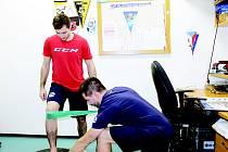 MAKÁ NA NÁVRATU. Hokejový útočník Vítkovic během cvičení s fyzioterapeutem Filipem Němcem.