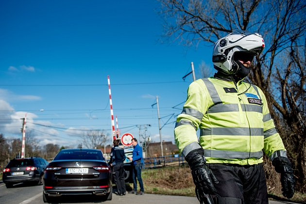 Kontrolní akce Policie ČR na dodržování pravidel při jízdě a přes železniční přejezdy, Polanka nad Odrou, 27.března 2019vOstravě.