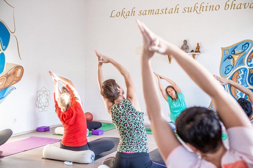 Shanti Yoga Studio, lekce jógy pod vedením lektorky Daniely Bártové, 14.10.2019 v Ostravě. Na snímku lektorka jógy Daniela Bártová.