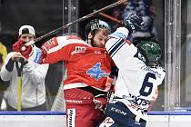 Utkání 1. kola hokejové extraligy: HC Vítkovice Ridera - HC Olomouc, 13. září v Ostravě. Na snímku (zleva) Jan Knotek a Jan Výtisk.