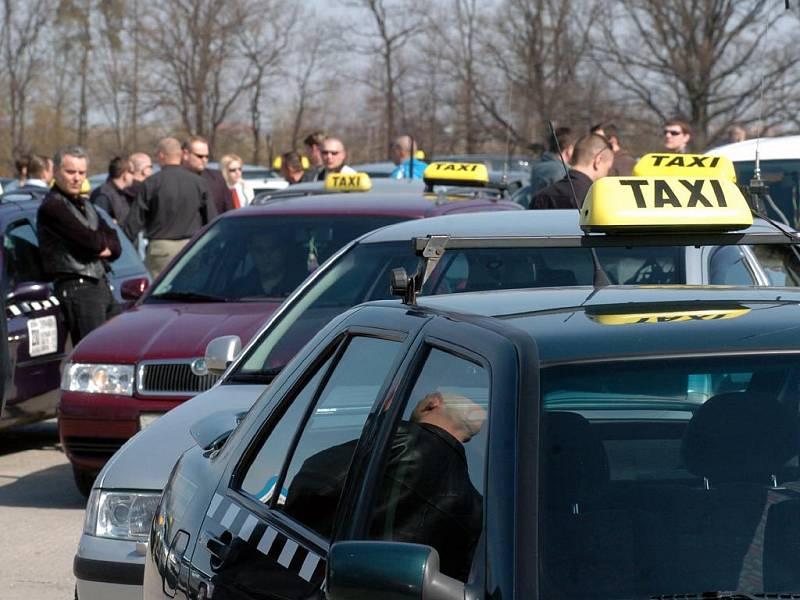 Taxikáři před pietní jízdou Ostravou