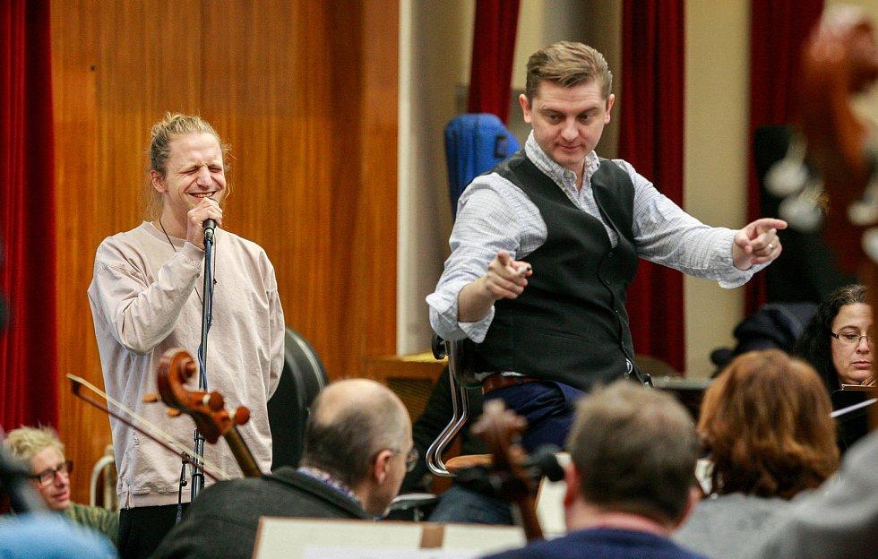 Tomáš Klus na zkoušce s Janáčkova filharmonie Ostrava.