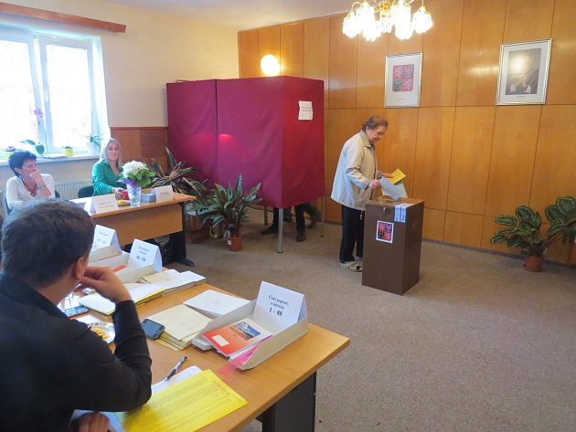 Volební místnost ve Vyšních Lhotách.
