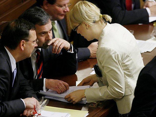 Ilustrační foto. Premiér Petr Nečas, ministr vnitra Radek John a poslankyně Kristýna Kočí při schůzi Sněmovny 21. prosince v Praze.