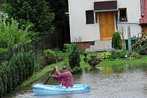 Mezi brankou u cesty a vchodem do domu má Rudolf Goj z Antošovic velké jezero, které musí překonávat na nafukovací loďce.