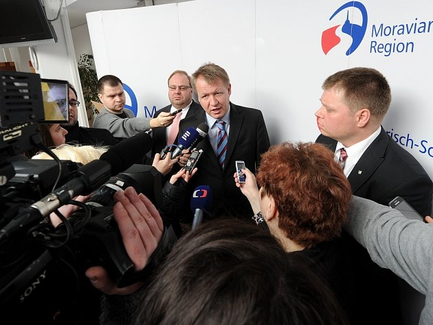 Ministr zdravotnictví Svatopluk Němeček (na snímku uprostřed) při setkání s novináři.