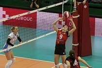 Nahrávku ostravské Kamily Součkové (9) sledují ve středečním finále Českého poháru v Olomouci za sítí dvě volejbalistky Prostějova.