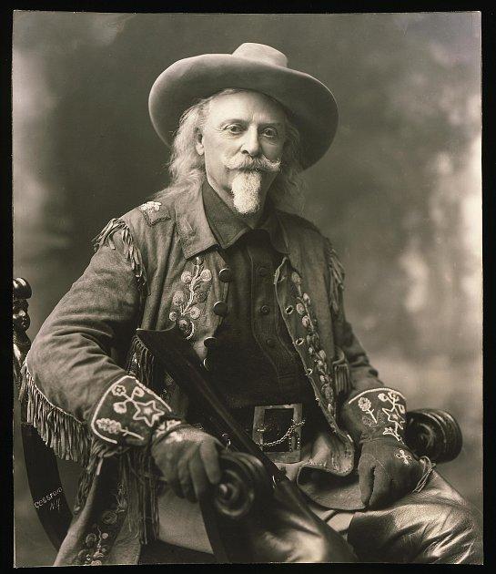"""Plukovník William Cody alias Buffalo Bill měl úžasný smysl pro reklamu. Nezachovala se jediná fotografie, kde by nepůsobil impozantně jako pravý """"zápaďák""""."""
