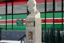 Nově zrekonstruovaná busta T.G. Masaryka v Heřmanicích stojí v Koněvově ulici naproti kulturního domu.