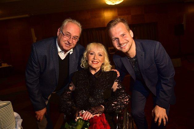 Marika Gombitová s Martinem Chodúrem (vpravo) a jeho manažerem Janem Adamem.