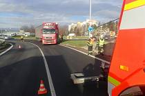 Zásah hasičů u zapadlého kamionu.