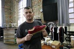 Konopí se vrací do českého textilního průmyslu i díky pražskému podnikateli Tomáši Rohalovi. Jeho firma Bohempia šije nejen oblečení, ale také tenisky.