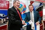 Prodloužení smlouvy mezi Riderou a hokejovým týmem HC Vítkovice.Na fotografii vlevo Václav Daněk z Ridery vpravo Aleš Pavlík za HC Vítkovice.
