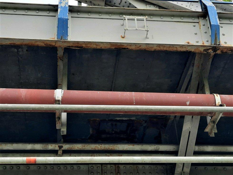Při opravě mostu byly nalezeny otvory pro uložení výbušnin.