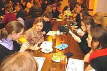 Součástí festivalu Ost-ra-var bývají rozborové semináři,kterých se zúčastňují tvůrci, herci, kritici i studenti. Ilustrační foto.