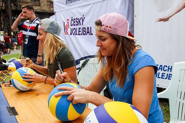 FIVB Světové série vplážovém volejbalu J&T Banka Ostrava Beach Open, 1.června 2019vOstravě. Autogramiáda Maki a Báry.