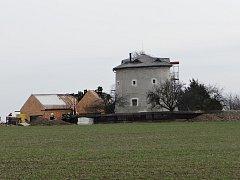 Požár střechy přístavby historického větrného mlýna na Ostravsku.