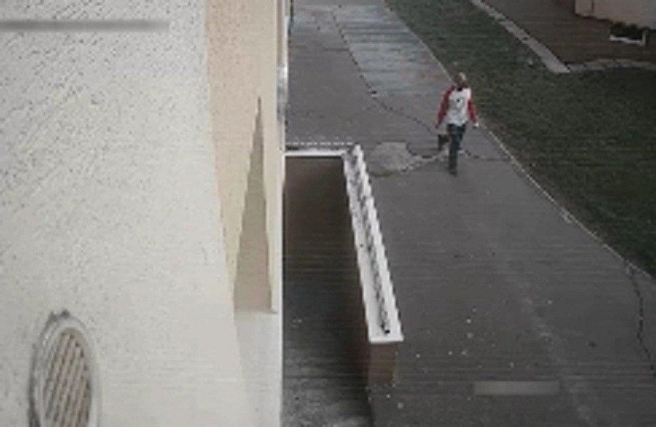 Poznáte ho? Lupič v Ostravě vytrhl chlapci mobilní telefon.
