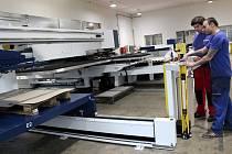 Zkušený operátor CNC strojů Josef Deák zaučuje kolegy u nového stroje
