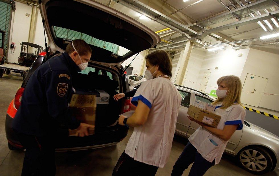 Hasiči dovezli první vakcíny do očkovacího centra na Černé louce v centru Ostravy.