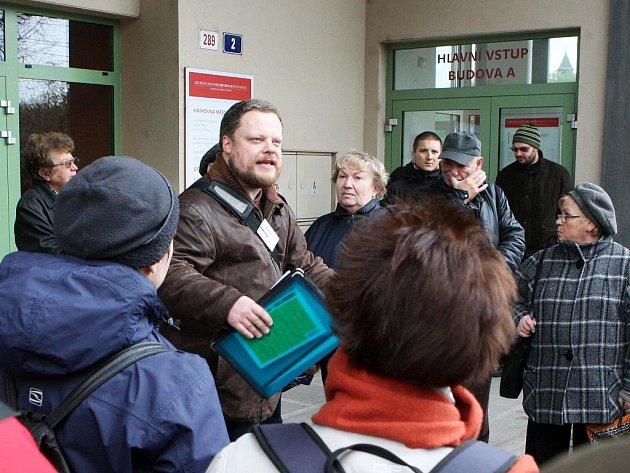Pět desítek lidí provedl v sobotu historik architektury Martin Strakoš centrem Ostravy, aby společně vyjádřili svůj nesouhlas se zastavením stavby nové budovy vědecké knihovny.