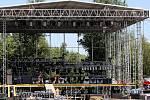 Stavba pódií a příprava všeho dalšího potřebného vybavení pro zdárný průběh devátého ročníku festivalu Colours of Ostrava ve středu v areálu Slezskoostravského hradu a Černé louky vrcholila. Ve čtvrtek odpoledne už je zaplaví tisíce hudebních příznivců.