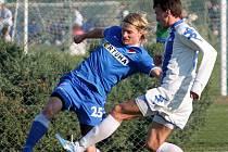Tomáš Mičola v zápase s chorvatským Osijekem centruje přes Pera Stojkiče.