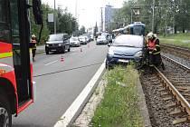 Zhruba patnáct minut trvalo ostravským hasičům vyproštění osobního vozu, který uvízli v kolejišti v Plzeňské ulici nedaleko Ferony.