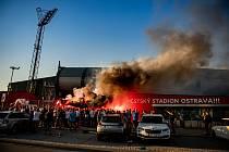 Fanoušci FC Baník Ostrava fandí venku před stadionem kvůli zpřísněným podmínkám spojených s koronavirem. Utkání 27. kola první fotbalové ligy: FC Baník Ostrava - FC Viktoria Plzeň, 3. června 2020 v Ostravě.
