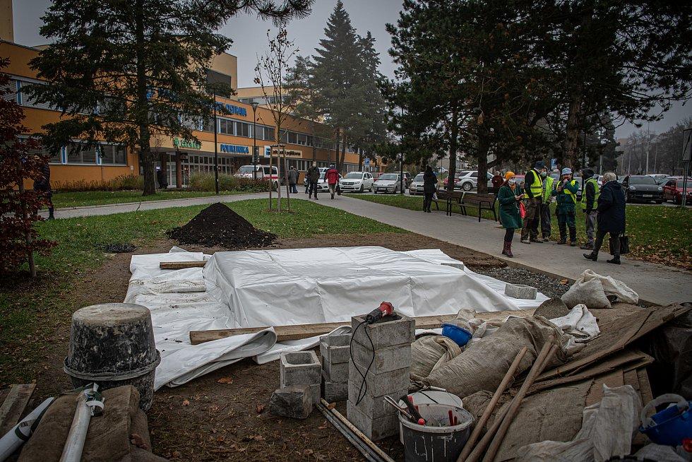 Instalace památníku obětem útoku střelby ve FNO, 24. listopadu 2020 v Ostravě.