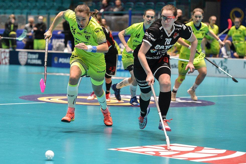 Pohár mistrů ve florbalu, o 3. místo (ženy): 1. SC Vítkovice - SB-Pro Nurmijarvi, 12. ledna 2020 v Ostravě. Na snímku (zleva) Barbora Husková a Juulianna Sotala.