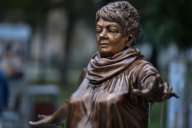 Autorem sochy Věry Špinarové vOstravě je David Moješčík.