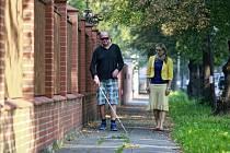 Bílá hůl je pomocníkem nevidomých. Redaktor Deníku Břetislav Lapisz v doprovodu vedoucí ostravského Tyfloservisu Lucie Skříšovské.