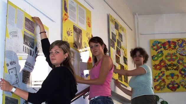 V Galerii Na schodech nyní vystavují žáci Základní školy Porubská 832