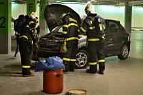 Zásah hasičů v garážích ostravského nákupního centra Nová Karolina.