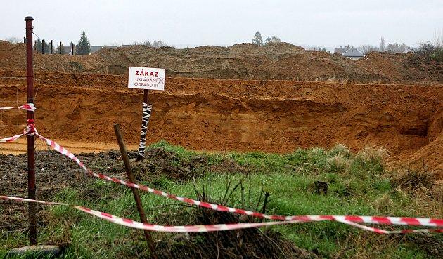 Polanecká pískovna je zdrojem kvalitního písku svysokým obsahem železa.  Obyvatelé okolních domů si stěžují na prašnost a hluk zpřípadné těžby..