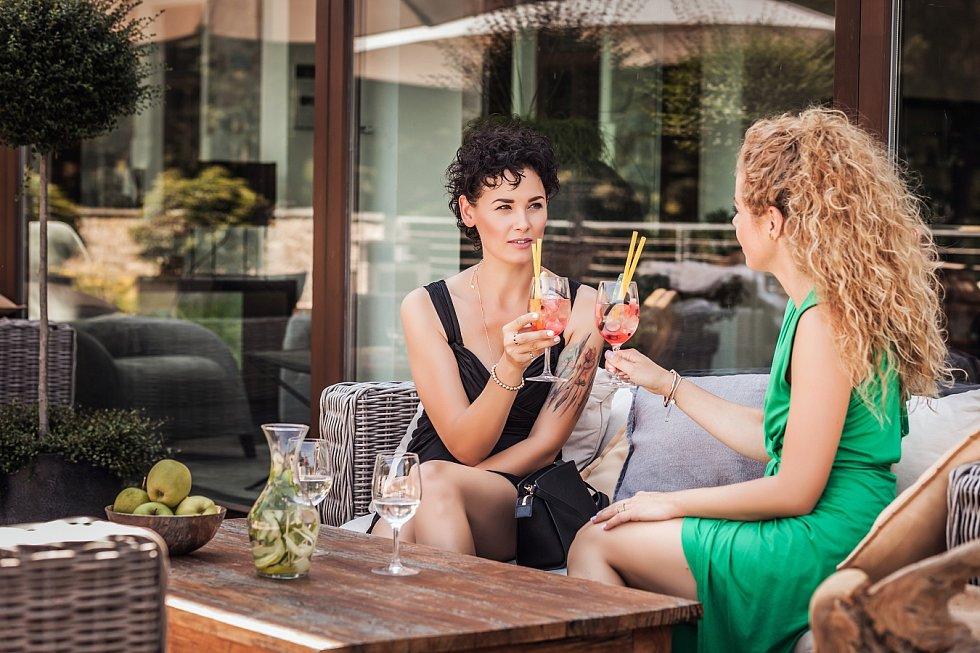 Welcome drink. Hotel Augustiniánský dům v Luhačovicích pro své hosty přichystal novinku v podobě zahrady smyslů.
