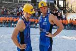 Hornickou helmu si Ondřej Perušič (vlevo) a David Schweiner odvezli z turnaje J&T Banka Ostrava Beach Open 2019 spolu se stříbrnou medailí. Vloni poprvé sfárali pod zem.