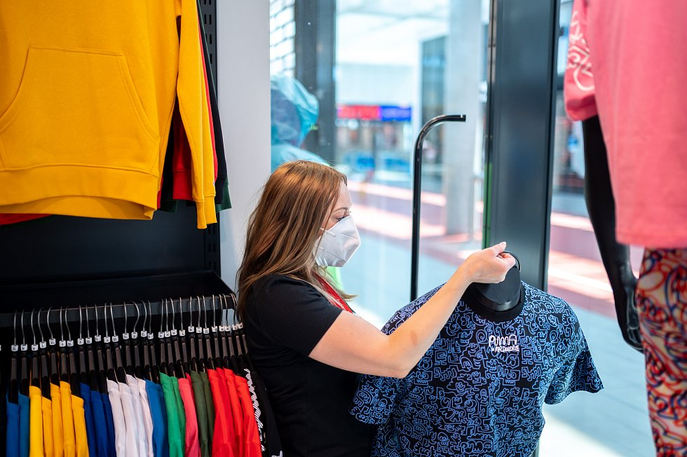 Přípravy na pondělní prodej v prodejně D-SPORT v OC Nová Karolina v rámci rozvolňování opatření vlivem pandemie Covid-19. 9. května 2021 v Ostravě.