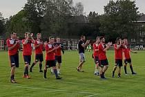 DĚKOVAČKA. Fotbalisté Hlubiny prohráli ve středečním utkání 2. kola MOL Cupu s Karvinou 0:6, fanoušci i tak hráčům za výkon poděkovali. Účastník krajského přeboru se totiž proti velkému favoritovi vydal ze všech sil.