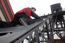 Láká k výstupu. Přístup na těžní věž u Hotelového domu Jindřich je snadný. Kovová konstrukce poslouží jako žebřík.