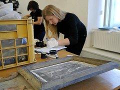 """Na """"poklad"""" nalezený v krovech kostela Nejsvětější Trojice v Klimkovicích se v pondělí přijely podívat odbornice z Národního památkového ústavu."""