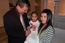 Prvnímu občánkovi obvodu Ostrava-jih narozenému v roce 2009 Nguyen Tuan Tuovi předal starosta obvodu Karel Sibinský dárek
