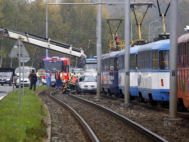 Nehody u Svinovských mostů v Ostravě. Téměř v jednu chvíli zde v kolejišti skončila dvě osobní vozidla jedoucí v opačných směrech.