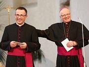 Martin David (vlevo) byl 7. dubna v ostravském kostele sv. Václava jmenován pomocným biskupem, který má být nápomocen biskupovi Františku Václavu Lobkowiczovi (vpravo).