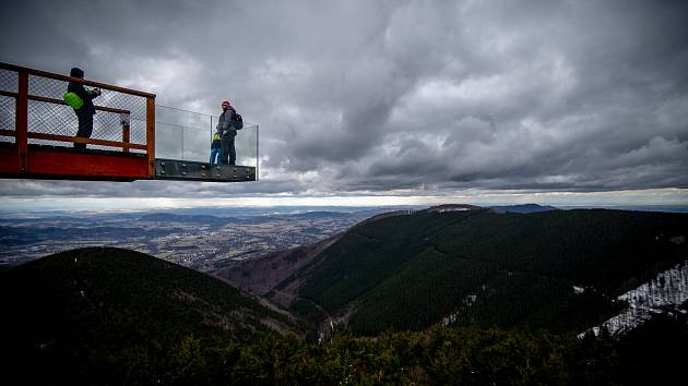 Panoramatická Stezka Valaška pod vrcholem Tanečnice na Pustevnách v Beskydech, únor 2020.